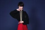 オープニングテーマ曲をMIYAVIと担当するシシド・カフカ=NHK総合で放送予定のアニメ『つくもがみ貸します』(7月22日スタート)(C)2018 畠中恵・KADOKAWA/つくもがみ製作委員会