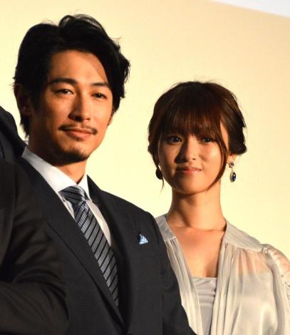 映画『空飛ぶタイヤ』公開記念舞台あいさつに登壇した(左から)ディーン・フジオカ、深田恭子 (C)ORICON NewS inc.