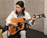 AbemaTV『声優と夜あそび』の番組内でギターテクニックを披露した半田健人 (C)ORICON NewS inc.