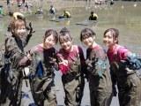 泥まみれでもこの笑顔(左から)大家、峯岸、向井地、横山、加藤(AKB48)(C)テレビ東京