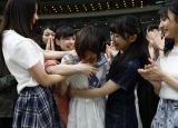 甲斐心愛(中央)の初選抜を祝福するメンバー(C)STU