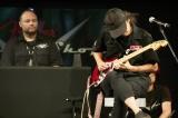 ギターを手にするL'Arc〜en〜CielのKen