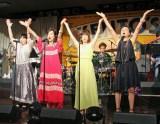 西城秀樹さんの代表曲「YOUNG MAN (Y.M.C.A.)」を歌う4人