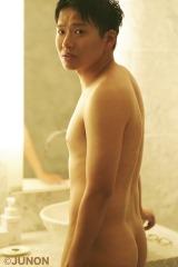 『JUNON』8月号で官能グラビアに挑戦したミキ・亜生 (C)JUNON