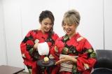 「温チョコパイ with 熱々バターアイスのせ」を作る、熱GIRL (C)oricon ME inc.