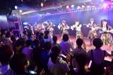 最後はメンバーと修学旅行生が一緒に「恋チュン」ダンス(C)AKS