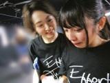 涙する与田祐希(右)を励ます生駒里奈(撮影/若月佑美)=『乃木撮』より