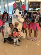 『Asia Comic Con 2018』のために、タイ・バンコクをおつづれたチーと5人組アイドルグループ・Wi-Fi-5(C)こなみかなた・講談社/こねこのチー製作委員会