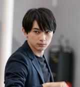テレビ東京系ドラマ24『GIVER 復讐の贈与者』第1話(7月13日)より。主演の吉沢亮(C)「GIVER 復讐の贈与者」製作委員会