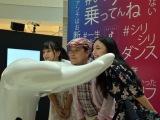 『Tik Tok Gallery』のオブジェで遊ぶ(左から)マリナ、上島竜兵、エリカ (C)ORICON NewS inc.