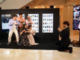 『Tik Tok Gallery』のオープニングイベントで「#だれでもダンス」動画を撮影するダチョウ倶楽部とエリカ&マリナ (C)ORICON NewS inc.