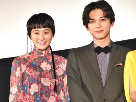 映画『猫は抱くもの』初日舞台あいさつに出席した(左から)コムアイ、吉沢亮 (C)ORICON NewS inc.
