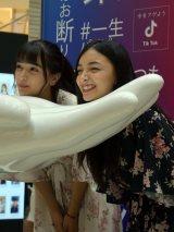 『Tik Tok Gallery』のオープニングイベントで遊ぶマリナ(左)&エリカが登場 (C)ORICON NewS inc.