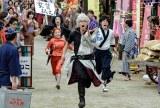 かぶき町を駆け抜ける万事屋の3人。映画『銀魂2 掟は破るためにこそある』は8月17日公開 (C)空知英秋/集英社(C)2018 映画「銀魂2」製作委員会