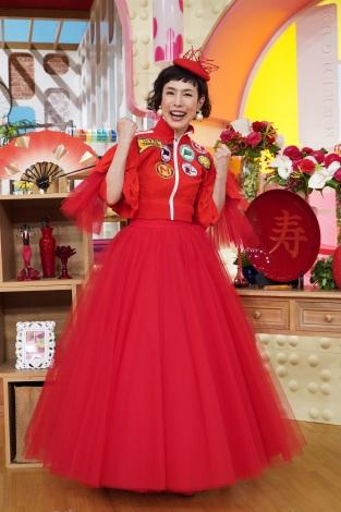 日本テレビ系トークバラエティー『メレンゲの気持ち』MCの久本雅美が還暦祝いで赤のドレス披露 (C)日本テレビ