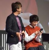 ゲームを体験する坂口健太郎(右) (C)ORICON NewS inc.