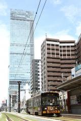 阪堺電車の2路線で運行。背後に見える高層ビルはあべのハルカス(C)2018 Lucasfilm Ltd. All Rights Reserved.