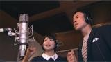 ABC『おはよう朝日です』新しいテーマソングにコーラスで参加する司会の岩本計介アナ(右)とアシスタントの川添佳穂アナ(中央)(C)ABC