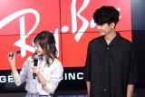 デートで付けて欲しいサングラスを選ぶ伊藤千晃(左)=Ray-Ban Store SHIBUYAで行われた『オープニングイベント』 (C)ORICON NewS inc.