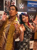 PPAPポーズをとる(左から)ピコ太郎、アスカ=WWE日本公演『WWE Live Japan』取材会(C)2018 WWE, Inc. All Rights Reserved.