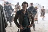 映画『ハン・ソロ/スター・ウォーズ・ストーリー』(6月29日より公開中)ハン・ソロ(オールデン・エアエンライク)のジャケットに注目(C)2018 Lucasfilm Ltd. All Rights Reserved.