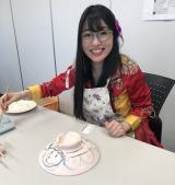四日市市の伝統工芸品「萬古焼」の絵付けに初挑戦した仮面女子の桜雪