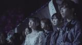 涙ぐみながらステージを見守る生田絵梨花らメンバー