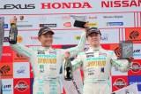 SUPER GT海外ラウンド第4戦で3位となり表彰台に上がったdoaの吉本大樹(右は宮田莉朋)