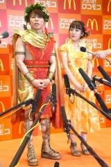 夏全開の衣装で登場した(左から)西川貴教、高橋みなみ (C)ORICON NewS inc.