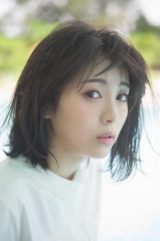 『浜辺美波 2019カレンダーブック』より(撮影:細居幸次郎)