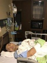 右手に手術成功を報告した品川裕(写真はブログより)