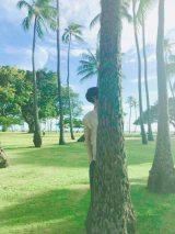 """ブログにヤシの木から""""ひょっこりはん""""してる風写真を公開した中川大志(写真はオフィシャルブログより)"""