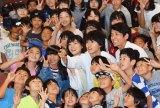 『グッド・ドクター』完成披露試写会で子供たちと自撮りする山崎賢人ら (C)ORICON NewS inc.