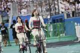 2会場を自転車で移動する乃木坂46(手前・白石麻衣、後ろ・星野みなみ)