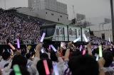 千代田線を模した電車セットに乗ってメンバーが登場