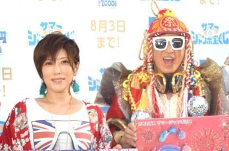 『サマージャンボ宝くじ』『サマージャンボミニ』発売記念イベントに出席したTRF(左から)YU-KI、DJ KOO(C)ORICON NewS inc.