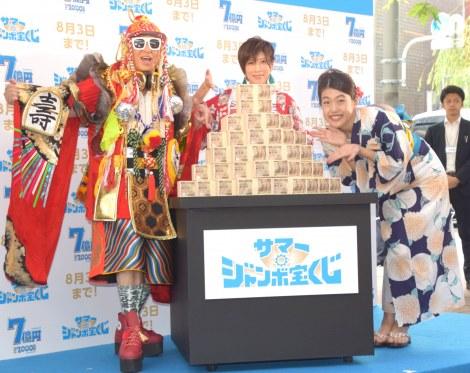『サマージャンボ宝くじ』『サマージャンボミニ』発売記念イベントに出席した(左から)YU-KI、DJ KOO、横澤夏子 (C)ORICON NewS inc.