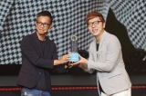 (左から)株式会社oricon ME執行役員・礒野和英氏とHIKAKIN (C)oricon ME inc.