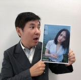 AKB48・高橋朱里写真集『曖昧な自分』を絶賛した関根勤(公式ツイッター【@juri_1st_0724】より)