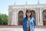 ウズベキスタンで主演映画の撮影を行った前田敦子。背後にある建物はタシケントにあるナボイ劇場 (C)2019「旅のおわり、世界のはじまり」製作委員会