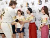 タカガールの中に混じり、柳田選手にちゃっかり握手してもらう吉本実憂=『鷹の祭典 全国ライブビューイング「PR大使任命式」』