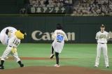 始球式を務めた吉本実憂=『鷹の祭典2018in東京ドーム』