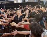 多数のファンから握手を求められた[ALEXANDROS]