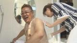 『サンドのお風呂いただきます』NHK総合で7月12日放送。五月みどりに背中を洗ってもらう伊達(C)NHK