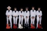 ギターを手に白スーツもサマになる「カーリングシトーンズ」