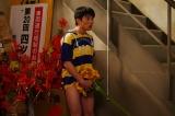 中尾明慶がジミーの衝撃を再現=Netflixオリジナルドラマ『Jimmy〜アホみたいなホンマの話〜』場面写真より(C)2018YDクリエイション