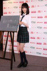 黒板に描いたリスナーへのメッセージを披露する高橋。(C)Deview