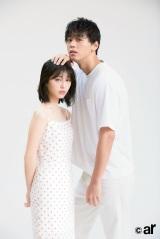 『ar』8月号に登場した浜辺美波(左)と竹内涼真
