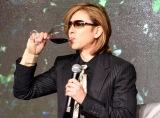 自身プロデュースのワインを試飲するYOSHIKI