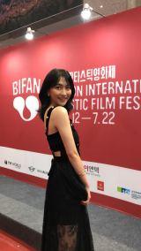 知英、韓国の映画祭でレッドカーペット登場 美しく成長し地元に華麗なる凱旋